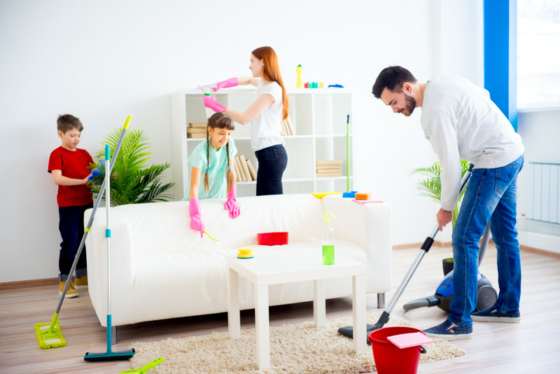 Family cleaning house.  © Nichizhenova Elena | AdobeStock