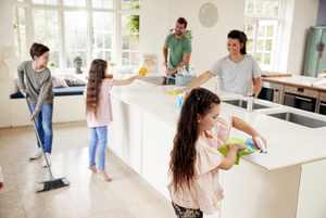 Children Helping Parents With Household Chores In Kitchen. © Monkey Business | AdobeStock